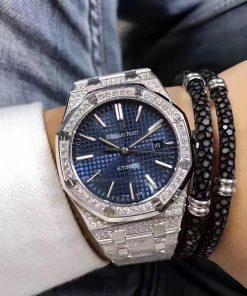 تقليد ساعة Audemars Piguet إطار فضي بأرضية لون أزرق للنساء مقاس 33