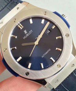 تقليد ساعة هوبلت بإطار أزرق وأرضية بلون أزرق للرجال
